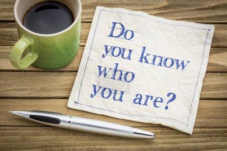 Photo pour Savez-vous qui vous êtes ? Une question sur une serviette avec une tasse de café . - image libre de droit