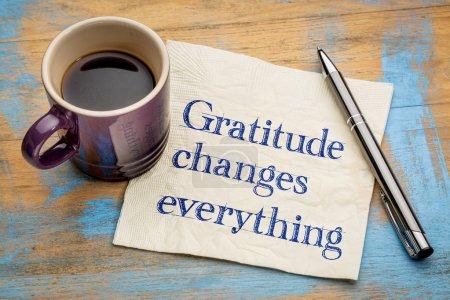 Photo pour Gratitude change tout - écriture sur une serviette avec une tasse de café expresso - image libre de droit