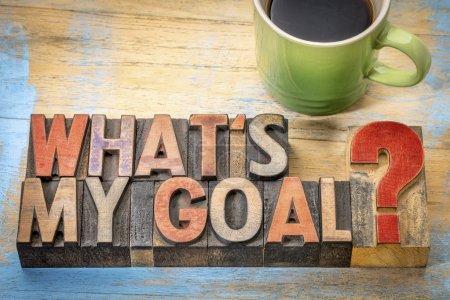 Photo pour Quel est mon objectif? Une question en bois type de typographie vintage avec une tasse de café - image libre de droit