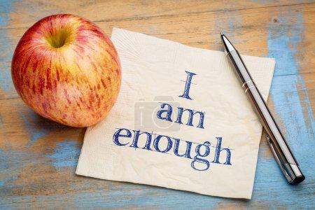 Photo pour Je suis assez affirmation positive - écriture sur une serviette en papier avec une pomme fraîche - image libre de droit