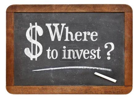 Photo pour Où investir texte la question - blanc en craie sur une ardoise ardoise vintage - image libre de droit