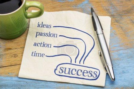 Photo pour Idées, action, passion, écriture - concept de succès ingrédients - temps sur une serviette avec une tasse de café - image libre de droit