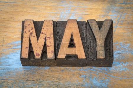 Photo pour Mois de mai en typographie vintage type bois sur fond bois grunge - image libre de droit