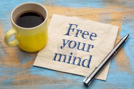 Photo pour Libérez votre esprit note de rappel - écriture sur une serviette avec une tasse de café - image libre de droit