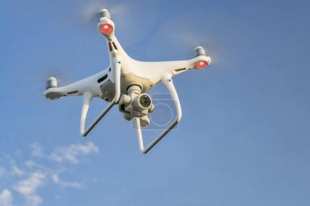 Photo pour CARR, CO, USA - 12 AVRIL 2017 : DJI Phantom 4 pro quadcopter drone volant avec une caméra contre le ciel bleu avec quelques nuages . - image libre de droit