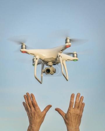 Photo pour CARR, CO, USA - 12 AVRIL 2017 : Lancement du drone DJI Phantom 4 pro quadcopter - mains de l'opérateur et drone contre ciel . - image libre de droit
