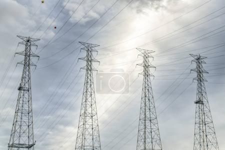Foto de Líneas de alta tensión y torres contra el cielo de nubes cerca de la presa de Kentucky y planta de energía - Imagen libre de derechos