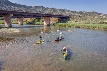 Photo pour Dotsero, Co, é.-u. - 19 août 2012: Stand up paddleboards, kayaks et canoës à la course annuelle du fleuve Colorado dans le Canyon de Glenwood - image libre de droit