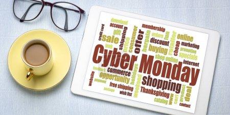 Photo pour Cyber Mot du lundi sur une tablette numérique avec une tasse de café - concept de magasinage en ligne pendant les vacances d'automne - image libre de droit