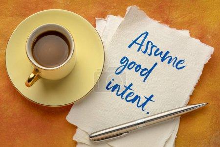 Foto de Asumir buena intención inspiradora escritura a mano en un pedazo de papel hecho a mano con una taza de cooffee, concepto de positividad. - Imagen libre de derechos