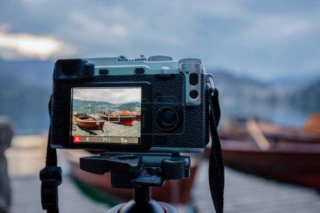 Photo pour Moderne CILM caméra sur un trépied de tir extérieur photograpy - image libre de droit