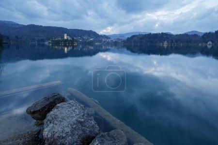 Photo pour Vue de la célèbre île et de l'église de Bled de nuit en Slovénie, Europe - image libre de droit