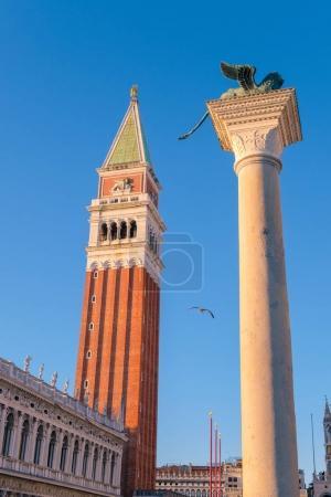 Photo pour Le lion de Venise et San Marco Campanile, Piazza San Marco, Venise, Italie - image libre de droit