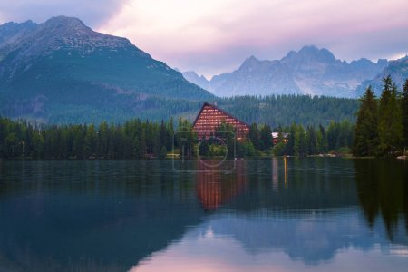 Photo pour Lac de montagne Strbske pleso en automne, dans le parc national High Tatra, Slovaquie - image libre de droit