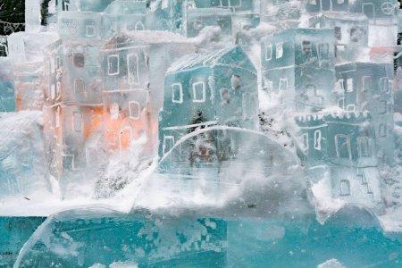 Photo pour Sculpture sur glace, petite maison de glace. Concours de maîtres des glaces à Hrebienok, Slovaquie - image libre de droit