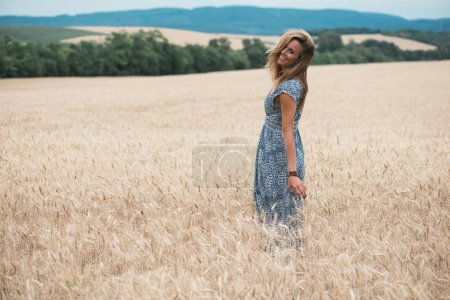 Photo pour Fille à la mode debout au champ de blé - image libre de droit