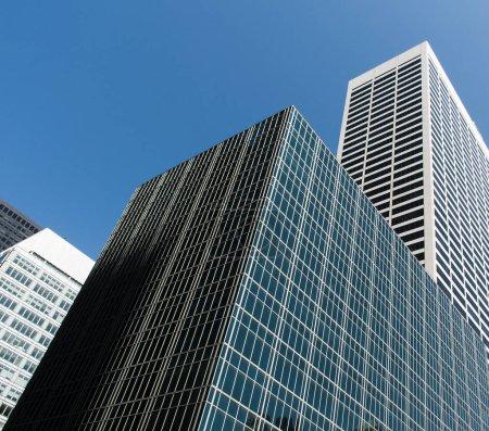 Photo pour Des immeubles modernes et ciel bleu. Vue de dessous. Grande ville. - image libre de droit