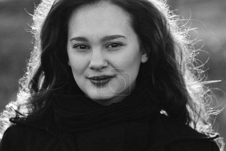 Photo pour Belle femme aux cheveux longs portrait extérieur - image libre de droit