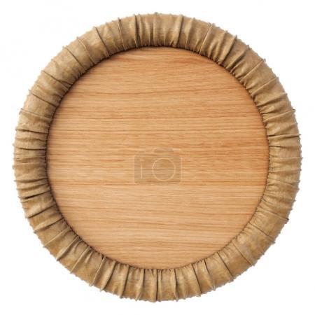 Photo pour Panneau rond en bois avec cadre en papier. Isolé sur fond blanc. Rendu 3d . - image libre de droit