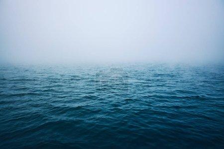 Photo pour Ondulation de la mer avec brouillard matinal . - image libre de droit