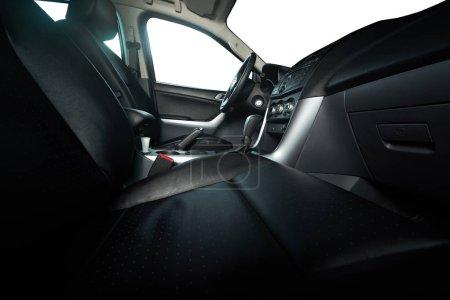 Photo pour Sièges en cuir en camionnette moderne avec des fenêtres isolées - image libre de droit