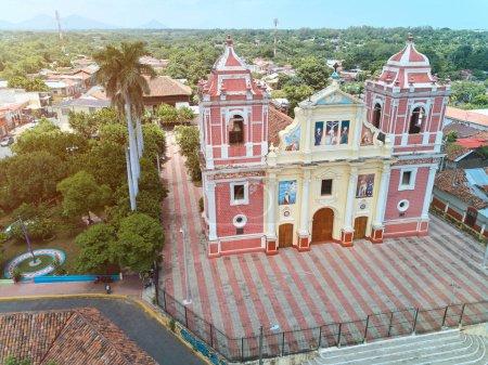 Photo pour Vieille église dans la ville de Léon au Nicaragua vue aérienne. Rue à Leon - image libre de droit