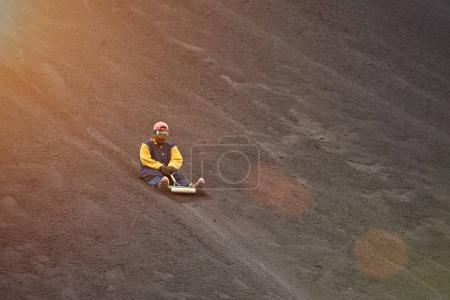 Photo pour Embarquement du volcan à NIcaragua. Homme planche à cheval sur cendres volcaniques - image libre de droit