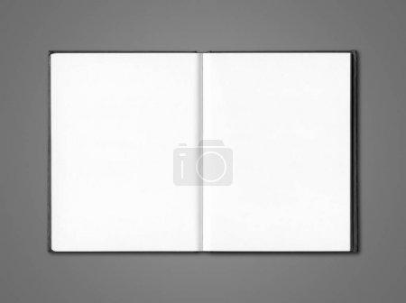 Photo pour Modèle ouvert vierge de cahier isolé sur gris foncé - image libre de droit