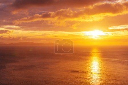 Photo pour Coucher de soleil pittoresque sur la côte de la mer. Bon pour le papier peint ou l'image de fond . - image libre de droit