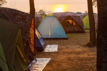 Photo pour Tente en Camping. Site récréatif.au coucher du soleil - image libre de droit