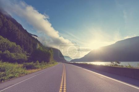 Photo pour Vue pittoresque de montagne dans les Rocheuses canadiennes en saison estivale - image libre de droit