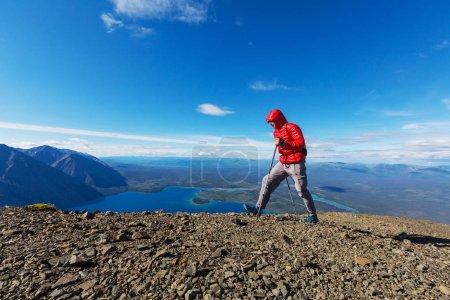 Photo pour Un randonneur dans les montagnes canadiennes. La randonnée est l'activité récréative populaire en Amérique du Nord. Il y a beaucoup de sentiers pittoresques. - image libre de droit