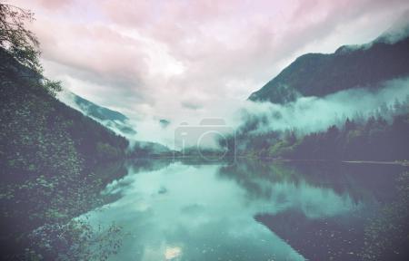 Photo pour Lac de sérénité dans les montagnes - image libre de droit