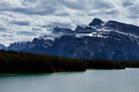 Photo pour Scène sereine au bord du lac de montagne au Canada avec reflet des rochers dans l'eau calme . - image libre de droit