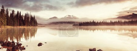 Photo pour Sérénité beau lac dans les montagnes du matin, Oregon, Usa. - image libre de droit