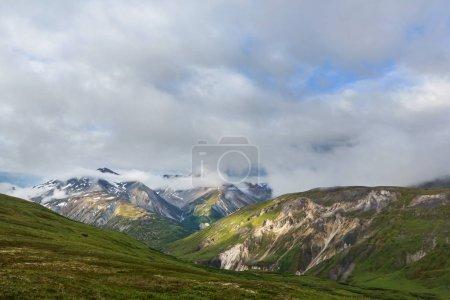 Photo pour Montagnes pittoresques de l'Alaska en été. massifs enneigés, glaciers et pics rocheux . - image libre de droit