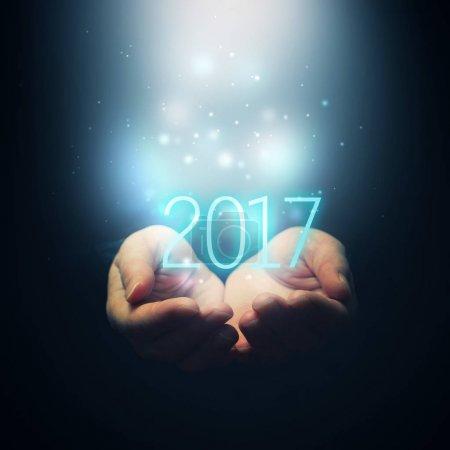 Photo pour Bonne année - les mains féminines coupées tenant le numéro 2017 - image libre de droit