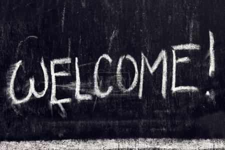 Photo pour Manuscrite message de bienvenue à la craie sur le tableau noir barre de menu de restaurant - image libre de droit