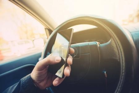 El uso de teléfono móvil y coche de conducción