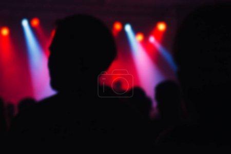 Photo pour Foule de concert défocalisé le flou comme abstrait, personnes au concert de musique rock populaire - image libre de droit