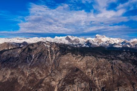 Photo pour Montagne Triglav au-dessus de la vallée du lac Bohinj en hiver, beau paysage d'une partie de la chaîne de montagnes des Alpes juliennes et parc national en Slovénie Europe - image libre de droit