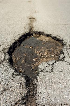 Photo pour Asphalte dommages au trou de la route, près de l'allée endommagée - image libre de droit