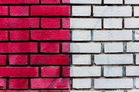 Photo pour Surface murale en briques peintes en rouge et blanc comme fond urbain - image libre de droit