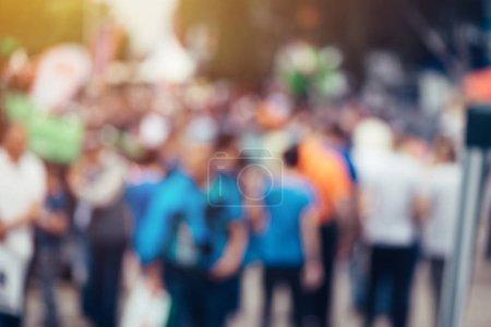Photo pour Flou défocalisé foule de personnes sur les lieux publics tels que la rue, arrière-plan abstrait pour le grand public ou concept de l'opinion publique - image libre de droit