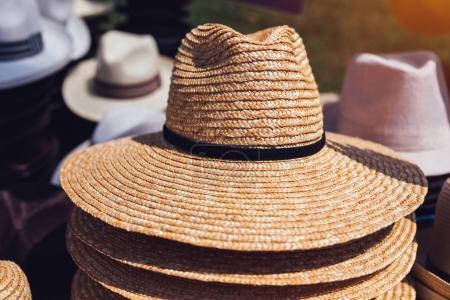 Photo pour Vente de chapeaux de paille classiques sur le marché de rue en Serbie - image libre de droit