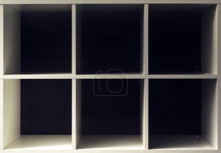 Photo pour Vide des étagères de bibliothèque bureau ou bibliothèque avec espace exemplaire pour la conception mock up ou le placement de produit - image libre de droit