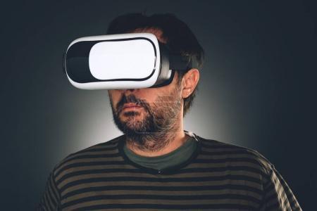 Photo pour Homme avec casque de réalité virtuelle. Homme barbu non rasé avec lunettes VR . - image libre de droit