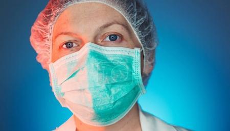 Photo pour Portrait en tête d'affiche d'une professionnelle de la santé en uniforme regardant la caméra. Médecine et travailleur de l'industrie de la santé à l'hôpital . - image libre de droit