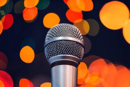 Photo pour Microphone audio sur scène avec lumière bokeh. Concept de concert ou spectacle musical avec espace copie. - image libre de droit