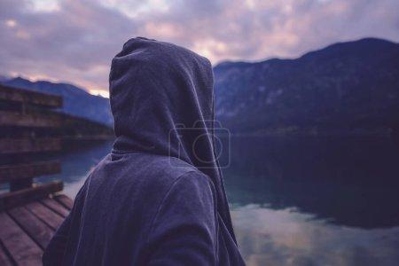 einsamer Kapuzenmann am See